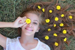 Adolescente dans les fleurs